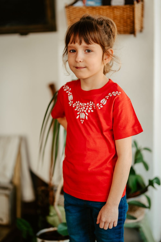 Kislány póló, fehér hímzéssel T020